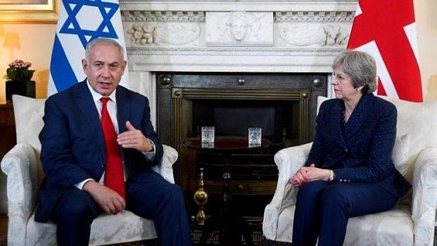 توضیح تصویر: ترزا می نخست وزیر بریتانیا، راست، به همراه بنیامین نتانیاهو نخست وزیر در مقابل دوربین عکاسان در داخل بنای شماره ۱۰ خیابان داونینگ لندن، ۶ ژوئن ۲۰۱۸، در آغاز دیدار این دو.  (AFP PHOTO / POOL / TOBY MELVILLE)