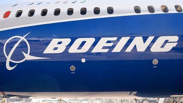 توضیح تصویر: لوگوی بوئینگ بر بدنهی هواپیمای آزمایشی بوئینگ ۷۸۷-۱۰ دریملاینر روی باند فرودگاه لا بورژت، ۱۸ ژوئن ۲۰۱۷. (AFP Photo/Eric Piermont)