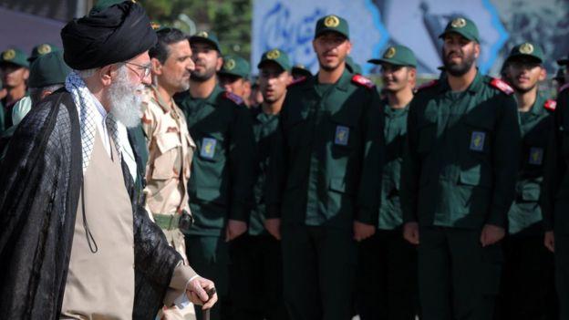 علی خامنه ای در میان اعضای سپاه