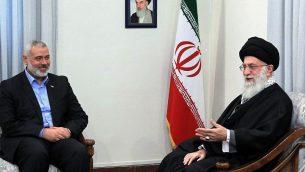 توضیح تصویر: آیتالله علی خامنهای ولی فقیه ایران حین ملاقات با اسمائیل هانیه رهبر حماس در تهران. (AP
