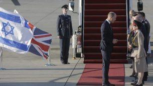 ۱- روز دوشنبه ۲۵ ژوئن ۲۰۱۸، شاهزاده ویلیام بریتانیا، با هواپیمای سلطنتی نیروی هوایی در فرودگاه بن گوریون، حومهی تل آویو به زمین نشست. (AP Photo/Sebastian Scheiner)