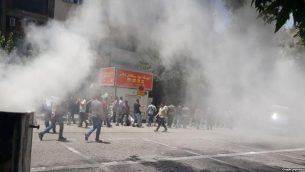 صحنه ای اعتراضات روز دوشنبه تهران مقابل مجلس شورای اسلامی