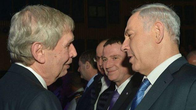 توضیح تصویر: بنیامین نتانیاهو نخست وزیر، راست، به همراه تامیر پاردو رئیس پیشین موساد در مراسم تودیع پاردو در تل آویو، ۵ ژانویه ۲۰۱۵. (Kobi Gideon/GPO)