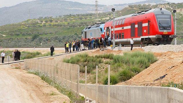 توضیح تصویر: مقامات دولتی در سفر آزمایشی خط آهن جدید نزدیک به شهر جنوبی کارمیل، ۲۱ مارس ۲۰۱۷.  (Basel Awidat/Flash90)
