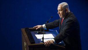 توضیح تصویر: بنیامین نتانیاهو نخست وزیر حین گفتگو در انجمن جهانی کمیتهی یهودیان آمریکایی، در مرکز معاهدات اورشلیم، ۱۰ ژوئن ۲۰۱۸. (Yonatan Sindel/Flash90)