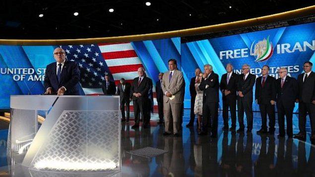 توضیح تصویر: رودی جیلیانی شهردار پیشین نیویورک حین سخنرانی در مراسم «ایران آزاد ۲۰۱۸ – مراسمی که به جای مراسم اپوزیسیون ایرانی در ۳۰ ژوئن در ویلهپینته، شمال پاریس برگزار شد.  (AFP Photo/Zakaria Abdelkafi)