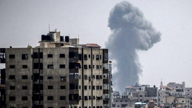 توضیح تصویر: عکسی از ۱۴ ژوئن ۲۰۱۸، خط دود در آسمان در پی حملهی هوایی اسرائیل به شهر غزه  را نشان میدهد. (AFP PHOTO / MAHMUD HAMS)