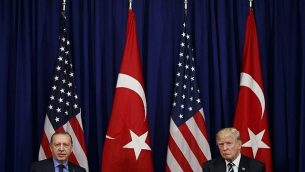 توضیح تصویر: دونالد ترامپ رئیس جمهور ایالات متحده، راست، حین دیدار با رجب طیب اردوغان رئیس جمهور ترکیه در هتل پالاس، در روزهای مجمع عمومی سازمان ملل، 21 سپتامبر 2017، نیویورک. (AP Photo/Evan Vucci)