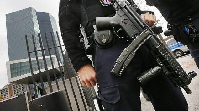 عکس تزئینی – افسر پلیس آلمانی حین نگهبانی در فرانکفورت، آلمان، ۲۶ اکتبر ۲۰۱۷.  (AP Photo/Michael Probst)
