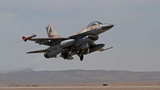 توضیح تصویر: جت اف ۱۶ اسرائیل حین تمرین در ۲۵ نوامبر ۲۰۱۳. (Ofer Zidon/Flash90)