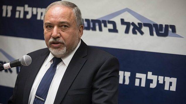 توضیح تصویر: آویگدور لیبرمن وزیر دفاع در رأس جلسهی یسرائیل بیتینو در کنست، ۲ ژوئیه ۲۰۱۸.  (Hadas Parush/Flash90)