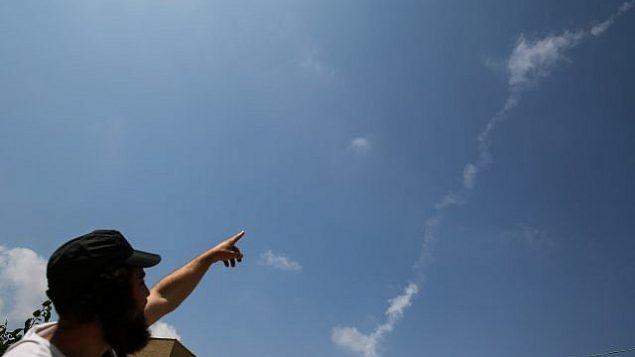توضیح تصویر: خط دود موشک پاتریوت که پهباد سوری را پس از ورود به قلمرو هوایی اسرائيل از سوریه سرنگون کرد، بر فراز شهر سافد در شمال اسرائیل دیده میشود، ۱۳ ژوئیه ۲۰۱۸. (David Cohen/Flash90)