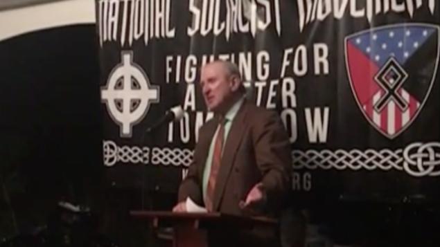 توضیح تصویر: آرتور جونز رهبر نئونازیها در کنتاکی، آوریل ۲۰۱۷. (YouTube screenshot)