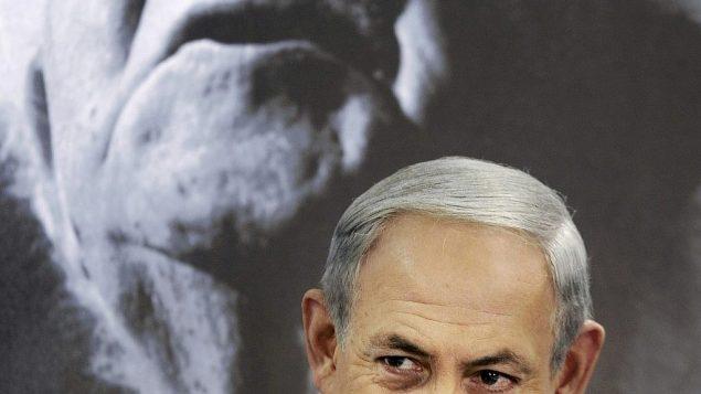 توضیح تصویر: بنیامین نتانیاهو نخست وزیر در راس جلسه هفتگی کابینه در کیبوتص سده بوکر، اسرائیل، یکشنبه، 10 نوامبر 2013،. پرتره دیوید بن گوریون اولین نخست وزیر اسرائیل در پس-زمینه دیده می شود.   (AP Photo/David Buimovitch, Pool)