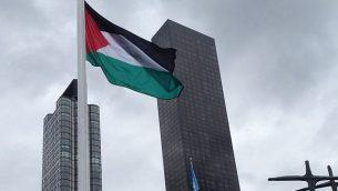 توضیح تصویر: در هفتادمین مجمع عمومی سازمان ملل، 30 سپتامبر 2015، پرچم فلسطینیان افراشته  در بیرون مقر سازمان ملل در نیویورک. (Raphael Ahren)