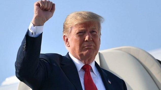 توضیح تصویر: دونالد ترامپ رئیس جمهور ایالات متحده در ورود به فرودگاه بین المللی جان گلن کلمبوس در کلمبوس اویاهو، از ایرفورس 1 پیاده می شود، 4 اوت 2018. (AFP PHOTO / MANDEL NGAN)