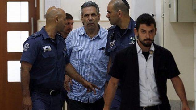 تصویر: گونان سیگیف، از وزرای پیشین کابینه اسرائیل که به جرم جاسوسی برای ایران دستگیر شد، در دادگاه ناحیه در اورشلیم دیده می شود، ۵ ژوئیه ۲۰۱۸. (Ronen Zvulun/Pool Photo via AP)
