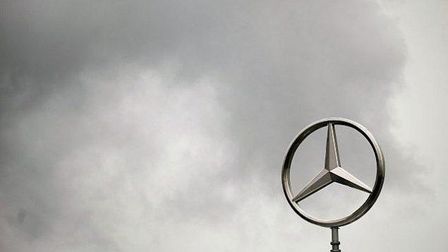 توضیح تصویر: ابرهای تیره فراز نماد مرسدس بر بام بنای مرکزی دیملر آ جی، اشتوتگارت، آلمان، 28 آوریل 2009. (AP Photo/Daniel Maurer)
