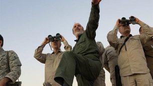 تصویر: ژنرال محمد باقری، فرمانده نیروهای مسلح رژیم ایران، چپ، با دوربین دو-چشمی مشغول مشاهده است و دیگر افسران ارشد ارتش ایران از خط اول جبهه در استان حلب سوریه دیدن می کنند، ۲۰ اکتبر ۲۰۱۷.  (Syrian Central Military Media, via AP, File)