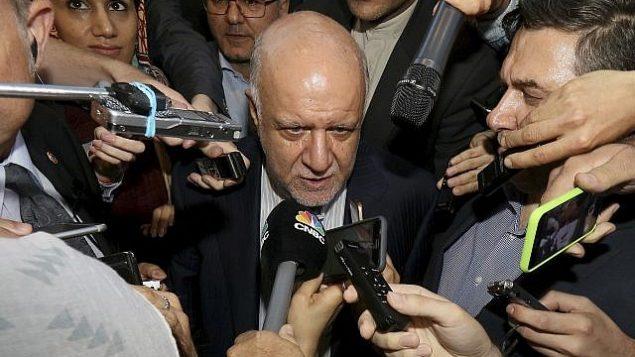توضیح تصویر: بیژن نامدار زنگنه وزیر نفت ایران در گفتگو با خبرنگاران در هتلی در وین، اتریش، ۱۹ ژوئن ۲۰۱۸. (Ronald Zak/AP)
