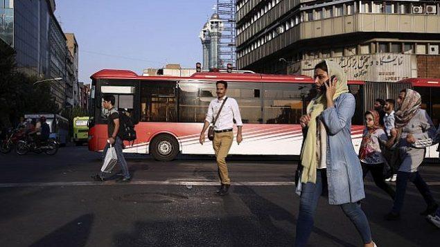 توضیح تصویر: مردم در اطراف خیابان جمهوری اسلامی در پایین شهر تهران، ایران، دوشنبه، 30 ژوئیه 2018.  (AP/Vahid Salemi)