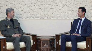 تصویر: عکسی که در خبرگزاری رسمی سوریه، سانا، منتشر شده بشار اسد رئیس جمهور سوریه (راست) را در ملاقات با امیر حاتمی وزیر دفاع ایران در دمشق، سوریه، نشان می دهد، ۲۶ اوت ۲۰۱۸. (SANA via AP)
