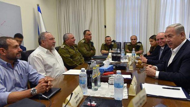 بنیامین نتانیاهو نخست وزیر، راست، و آویگدور لیبرمن وزیر دفاع، دومی از چپ، با ژنرال های ارشد نیروی دفاعی و مقامات امنیتی اسرائیل در فرماندهی کیریای ارتش در تل آویو، ملاقات کردند، 9 اوت 2018.  (Ariel Hermoni/Defense Ministry)