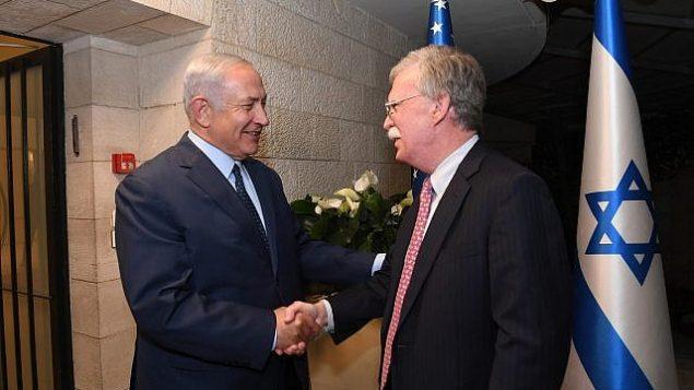 توضیح تصویر: بنیامین نتانیاهو نخست وزیر، چپ، در ملاقات با جان بولتون مشاور امنیت ملی در اقامتگاه نخست وزیر در اورشلیم، ۱۹ اوت ۲۰۱۸. (Haim Zach/ GPO)