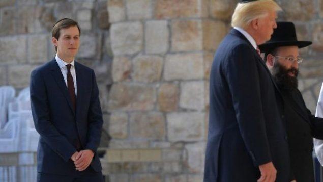 تصویر: جراد کاشنر مشاور ارشد کاخ سفید، چپ، دونالد ترامپ رئیس جمهور ایالات متحده و پدرزن خود را در بازدید از دیوار ندبه در شهر قدیم اورشلیم تماشا می کند، ۲۲ مه ۲۰۱۷. (AFP Photo/Mandel Ngan)