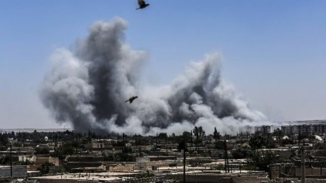 تزئینی – از خط مقدم غربی های در رقه، سوریه،  دود به هوا بلند می شود، ۱۵ ژوئیه ۲۰۱۷.  (AFP/Bulent Kilic)