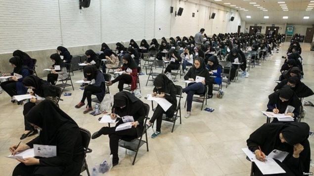 صحنه ای از کنکور دانشگاهها در ایران
