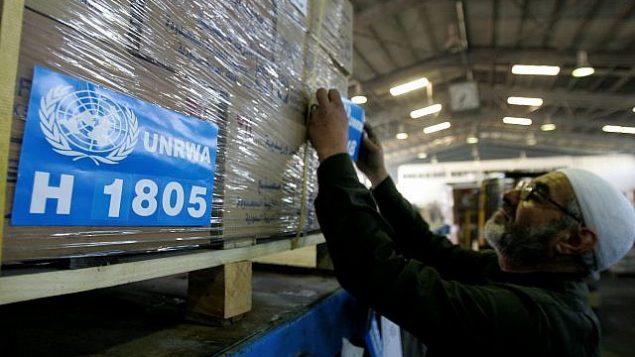 تصویر:یک کارگر محموله های امداد غزه را در انباری در سازمان خیریه هاشمی در عمان، از سازمان امداد و کار سازمان ملل، آماده می کند، ۲۲ ژانویه ۲۰۰۹. (AP Photo/Mohammad Abu Ghosh)