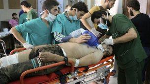 تصویر: تزئینی – این عکس، از سه شنبه ۶ سپتامبر ۲۰۱۶، از سوی مرکز رسانه ای حلب متعلق به کنشگران ضد دولتی سوریه در اختیار گذاشته شده، کارکنان پزشکی را در حال مداوای مردی دچار مشکل تنفسی در بیمارستانی در حلب سوریه را نشان می دهد. (Aleppo Media Center via AP)