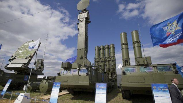تصویر: در عکسی از ۲۷ اوت ۲۰۱۳، موشک آنتئی ۲۰۰۵ سامانه دفاع هوایی روسیه ، یا اس ۳۰۰ وی ام، در گشایش رزمایش هوایی ماکس در ژوکوفسکی، حومه مسکو، روسیه، به نمایش گذاشته شده.  (AP Photo/Ivan Sekretarev, file)