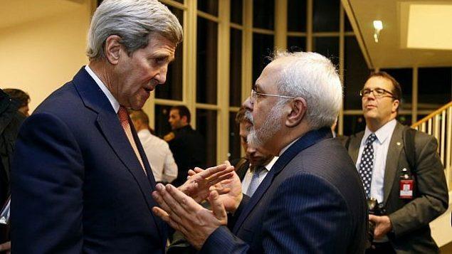 تصویر: در عکسی از ۱۶ ژانویه ۲۰۱۶، جان کری وزیر خارجه وقت حین گفتگو با محمد جواد ظریف وزیر خارجه وقت ایران در وین، پس از آن که آژانس بین المللی انرژی اتمی تأیید نمود ایران به تمام شرایط قرارداد هسته ای عمل کرده است. (Kevin Lamarque/Pool via AP, File)