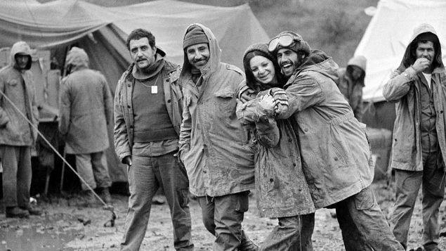 تصویر: سربازهای اسرائیلی در صف آتشبس سوریه در بلندی های جولان دیده می شوند، ۳۱ اکتبر ۱۹۷۳، پس از آن که باران و مه ناگهانی سرد به آنها زد. سرباز زنی که در عکس دیده می شود اپراتور رادیو است، زهاوا میزراخی. دیگر سربازان شناسایی نشده اند. (AP Photo)