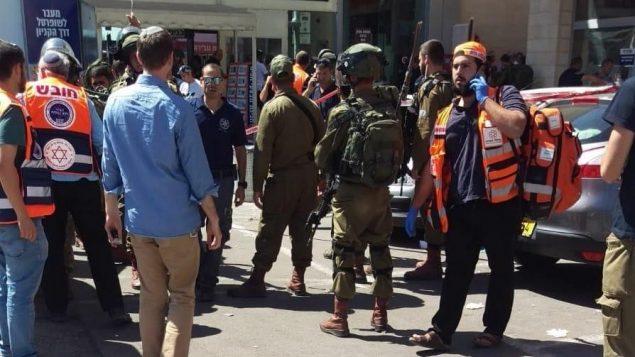 تصویر: نیروهای امنیتی پس از آن که مرد اسرائیلی به ضرب چاقوی تروریست در بازارچه مجاور تقاطع گاش اتزیون زخمی شد، به محل رسیدند، ۱۶ سپتامبر ۲۰۱۸. (United Hatzalah)