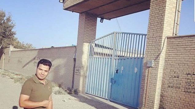 تصویر: یک ایرانی در بیرون از محلی که بنیامین نتانیاهو نخست وزیر از آن به عنوان تأسیسات سرّی هسته ای ایران نام برد، ژست گرفته است، ۲۸ سپتامبر ۲۰۱۸. (Twitter)