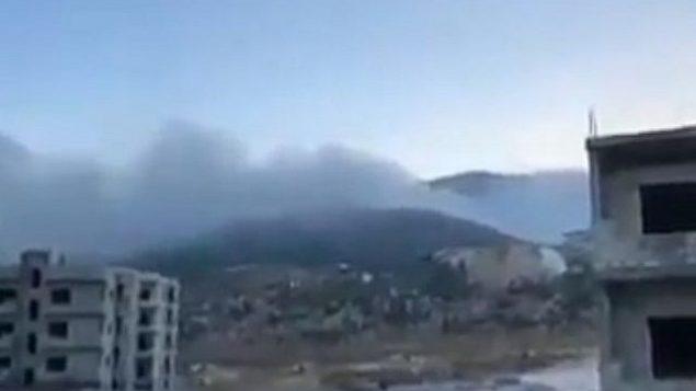 تصویر: دودی که پس از حمله منتسب به اسرائیل در نزدیکی حما، ۴ سپتامبر ۲۰۱۸، به هوا بلند شده است. (screen capture: Twitter)