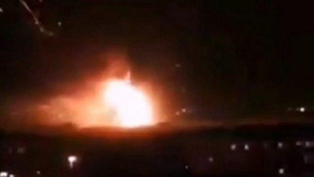 تصویر: حمله موشکی که در پایگاه هوایی مظاه سوریه گزارش شد، ۲ سپتامبر ۲۰۱۸. (screen capture: Twitter)