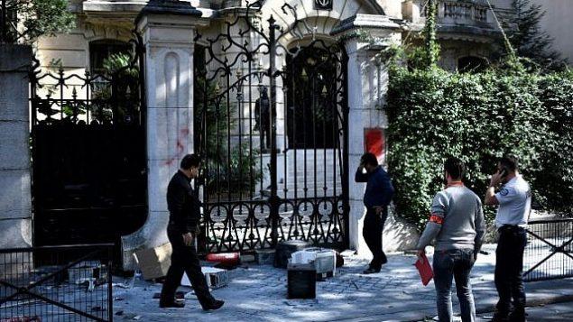 تصویر: دستگاه های کامپیوتر روی پیاده رو مقابل سفارت ایران در پاریس، پایتخت فرانسه ریخته است، ۱۴ سپتامبر ۲۰۱۸. (AFP / STEPHANE DE SAKUTIN)