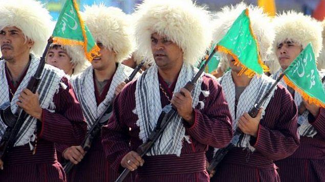 تصویر: در عکسی از ۲۱ سپتامبر ۲۰۱۲، بسیجی های ترکمن در رژه سالانه ارتش در سالگرد جنگ ایران و عراق، در تهران، پایتخت ایران. (Atta Kenare/AFP)