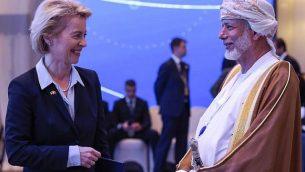تصویر: اورسولا فن در لین، وزیر دفاع آلمان، چپ، حین گفتگو با یوسف بن علوی، وزیر عمانی مسؤول امور خارجه در چهاردهمین انستیتوی مطالعات استراتژیک بین المللی (آی آی اس اس) گفتگوهای منامه، در منامه پایتخت بحرین، ۲۷ اکتبر ۲۰۱۸. (AFP)