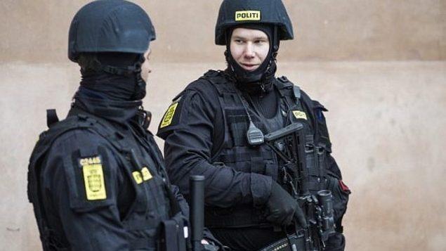 تصویر: افسران پلیس دانمارک حین نگهبانی در مقابل دادگاه شهرستان کپنهاگ، دانمارک، که قرار است پرونده ۱۰ مارس ۲۰۱۶ علیه چهار مرد متهم به همدستی با تیرانداز متولد دانمارک که حمله اش به یک کنسیا و یک مراسم مربوط به آزادی بیان در سال گذشته، منجر به مرگ دو تن گردید، را بگشاید.  / AFP / SCANPIX DENMARK / Emil Hougaard / Denmark OUT