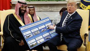 تصویر: دونالد ترامپ رئیس جمهور ایالات متحده طی ملاقات با محمد بن سلمان ولیعد عربستان سعودی در اتاق بیضی کاخ سفید، جدول فروش تسلیحات به عربستان سعودی را به تماشا گذاشته است، ۲۰ مارس ۲۰۱۸، واشنگتن.  (AP Photo/Evan Vucci)