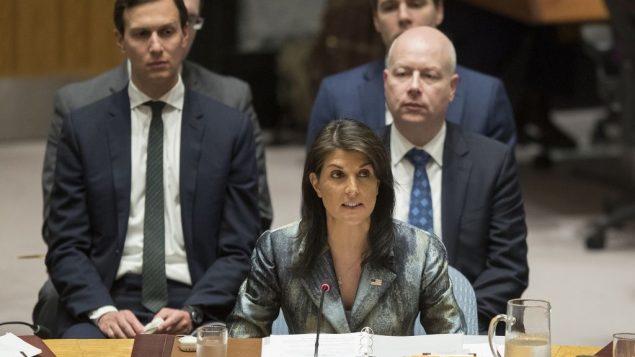 تصویر: نیکی هیلی حین سخنرانی در جلسه شورای امنیت بر سر وضعیت فلسطین، سه شنبه، ۲۰ فوریه در مقر سازمان ملل، به همراه جراد کوشنر، مذاکره گر، چپ، جیسون گرینبلات، راست، پشت سر وی.  (AP/Mary Altaffer)
