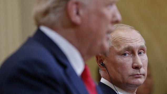 تصویر: ولادیمیر پوتین رئیس جمهور روسیه، با نگاهی به جانب دونالد ترامپ رئیس جمهور ایالات متحده، هنگام سخنرانی ترامپ در کنفرانس مشترک خبری این دو در کاخ ریاست جمهوری هسلینکی، فنلاند، ۱۶ ژوئن ۲۰۱۸. (AP Photo/Pablo Martinez Monsivais)