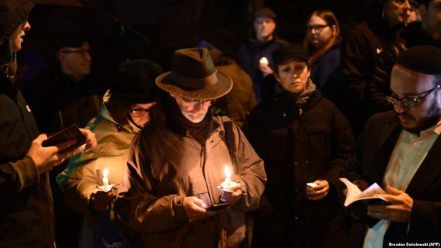 هزاران نفر از شهروندان به یاد قربانیان در خیابانها تجمع کرده و شمع روشن کردهاند