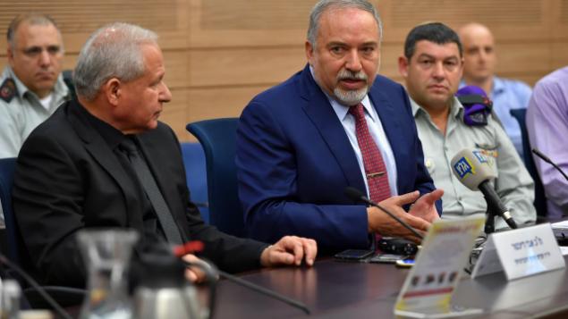 تصویر: آویگدور لیبرمن حین سخنرانی در جلسه کمیته امور خارجی و دفاعی، ۲۲ اکتبر ۲۰۱۸.  (Ariel Hermoni/Defense Ministry)