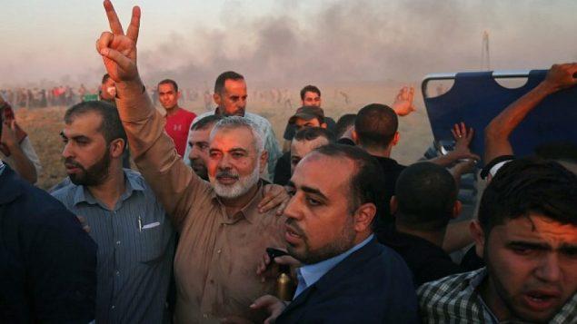 تصویر: اسمائیل هانیه رهبر حماس در غزه، با علامت پیروزی در مرز اسرائیل و غزه، شرق شهر غزه، ۱۲ اکتبر ۲۰۱۸. (Said Khatib/AFP)